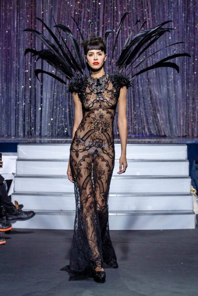 On Aura Tout Vu haute couture SS 20 : mon truc en plumes robe noire avec plumes