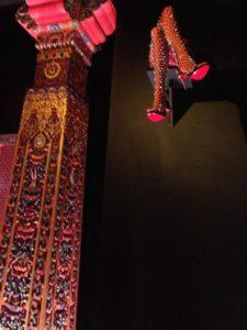 Christian Louboutin : l'Exhibition[niste] épopée du Shiva de l'escarpin cabinet bhoutanais